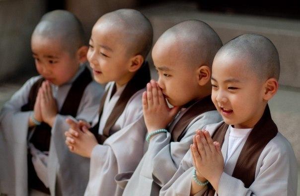 """Тибетский взгляд на воспитание детей  - Никаких унижений и телесных наказаний. Единственная причина, по которой бьют детей – они не могут дать сдачи.  - Первый период до 5 лет. С ребенком нужно обращаться """"как с царем"""". Запрещать ничего нельзя, только отвлекать. Если он делает что-то опасное, то сделать испуганное лицо и издать испуганный возглас. Ребенок такой язык понимает прекрасно. В это время закладываются активность, любознательность, интерес к жизни. Ребенок еще неспособен…"""