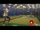 Radamel Falcao Bateando una Bola de Baseball casi le Pega en la cara al Pitcher