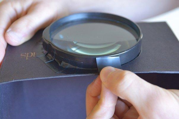 Самодельный проектор  Понадобится: - коробка из под обуви - скрепка  - смартфон - лупа или