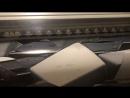 Работа станка для широкоформатной печати