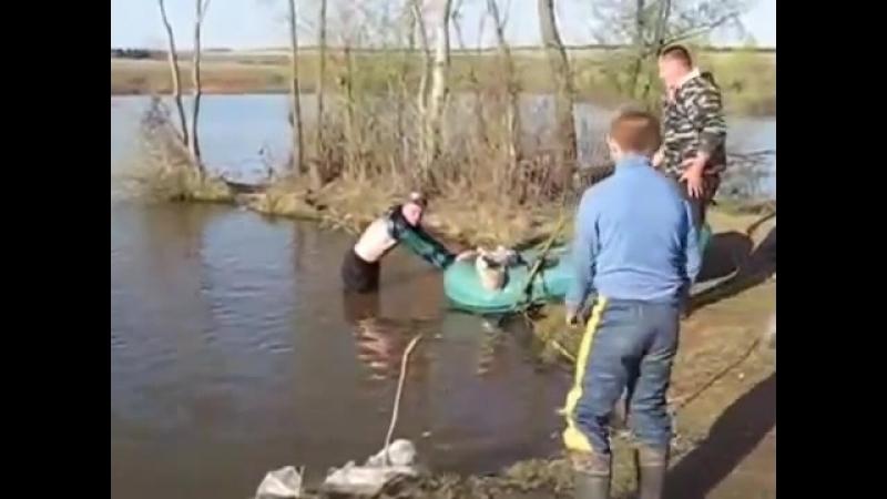 Пьяные на рыбалке Алкаши рыбаки видео приколы.mp4
