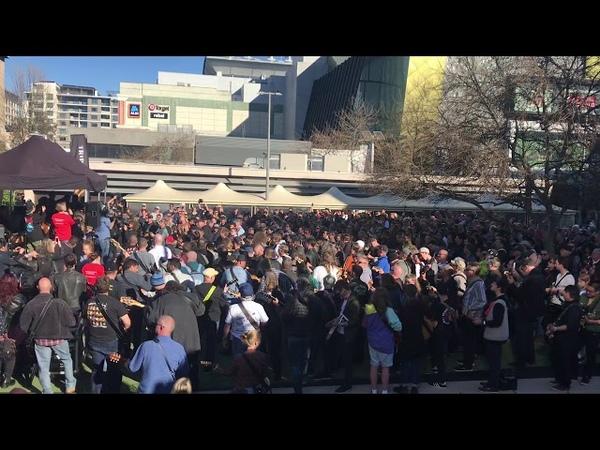 В Сиднее около 450 гитаристов одновременно исполнили песню AC/DC