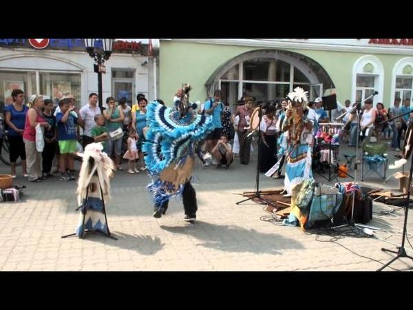 Индейцы в Казани танцуют и дудят