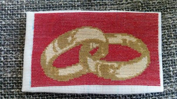 Схема вышивки колец на красном фоне