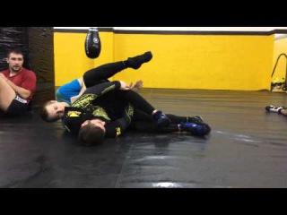 Рычаг колена при защите от удушения (Backmount escape to kneebar)