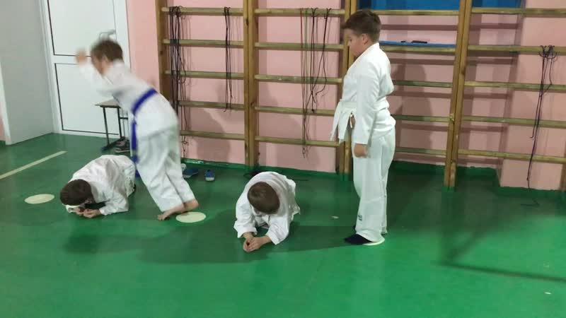 Младшая группа Айкидо Рютенкай делает разминку | 合気道 | Aikido
