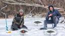 Офигеть Сколько рыбы под бревном РЫБАЛКА ЗИМОЙ в МЕЛКОМ ЗАЛИВЕ с БАЛДОЙ