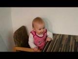 Малышка танцует и поёт