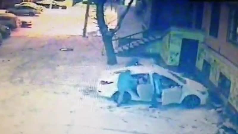 Пакуют труп в машину