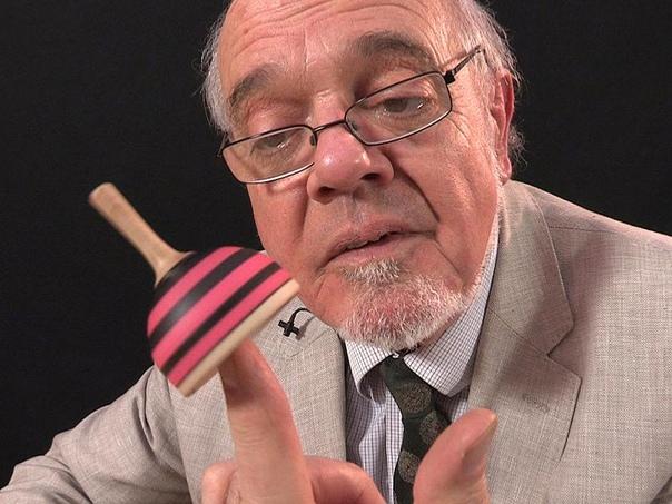 76-летний Тим Роуэтт — британский видеоблогер и популярный коллекционер игрушек, известный тем, что представляет видео о игрушках, оптических иллюзиях, новинках и головоломках на канале YouTube