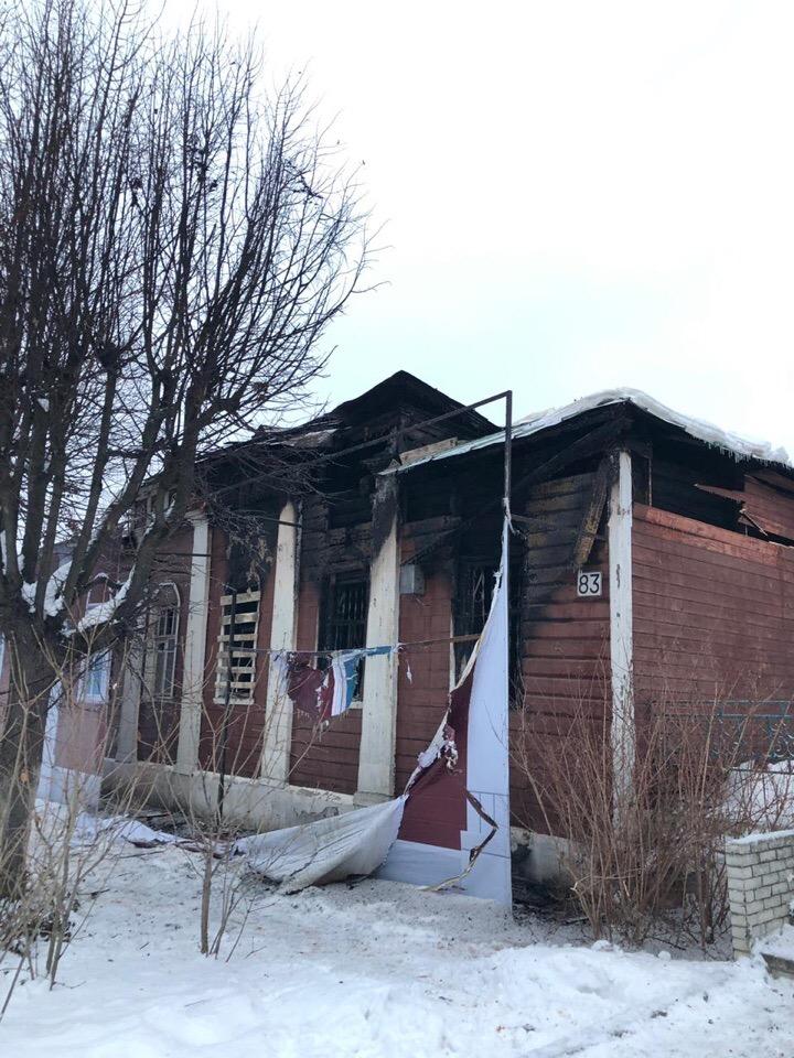 В подмосковном Дмитрове продолжают гореть старейшие деревянные дома