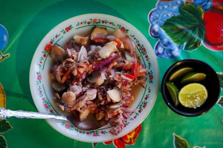 Здоровая мексиканская еда для людей, сидящих на пляже