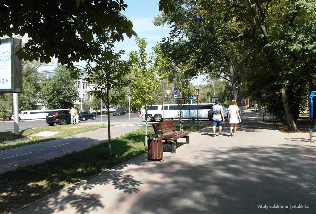 Лимузины около Ботанического сада Алматы 2018