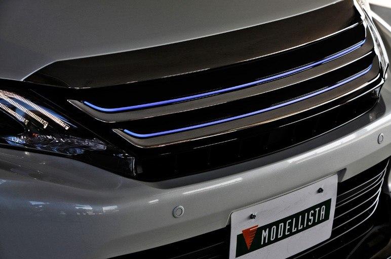 Хромированная решетка радиатора Modelista умеет светиться диодным светом.