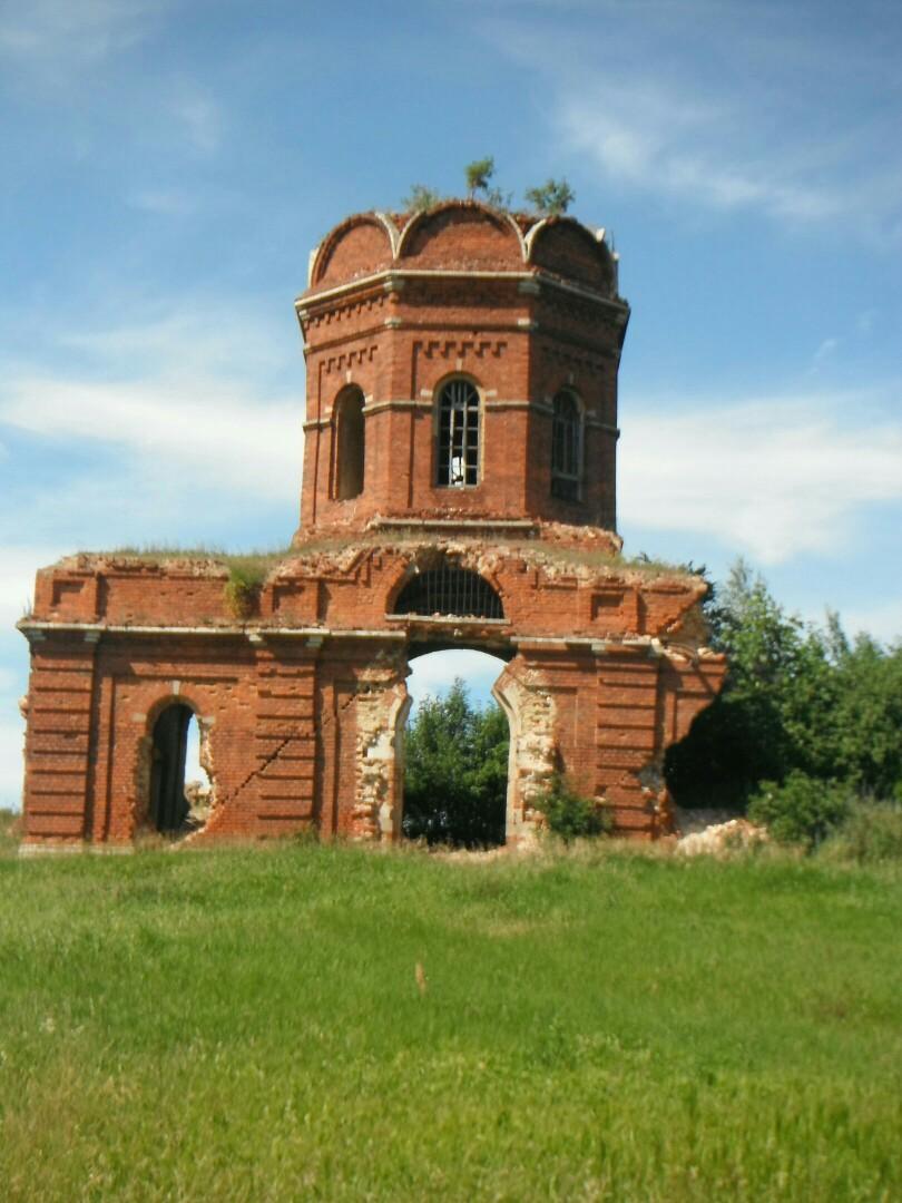 Развалинах Сретенской церкви в посёлке Нюховка (Шатовка)
