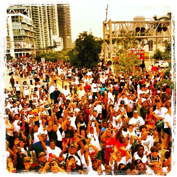 Движуха фанатом поздравляет игроком Майами Хит 2012