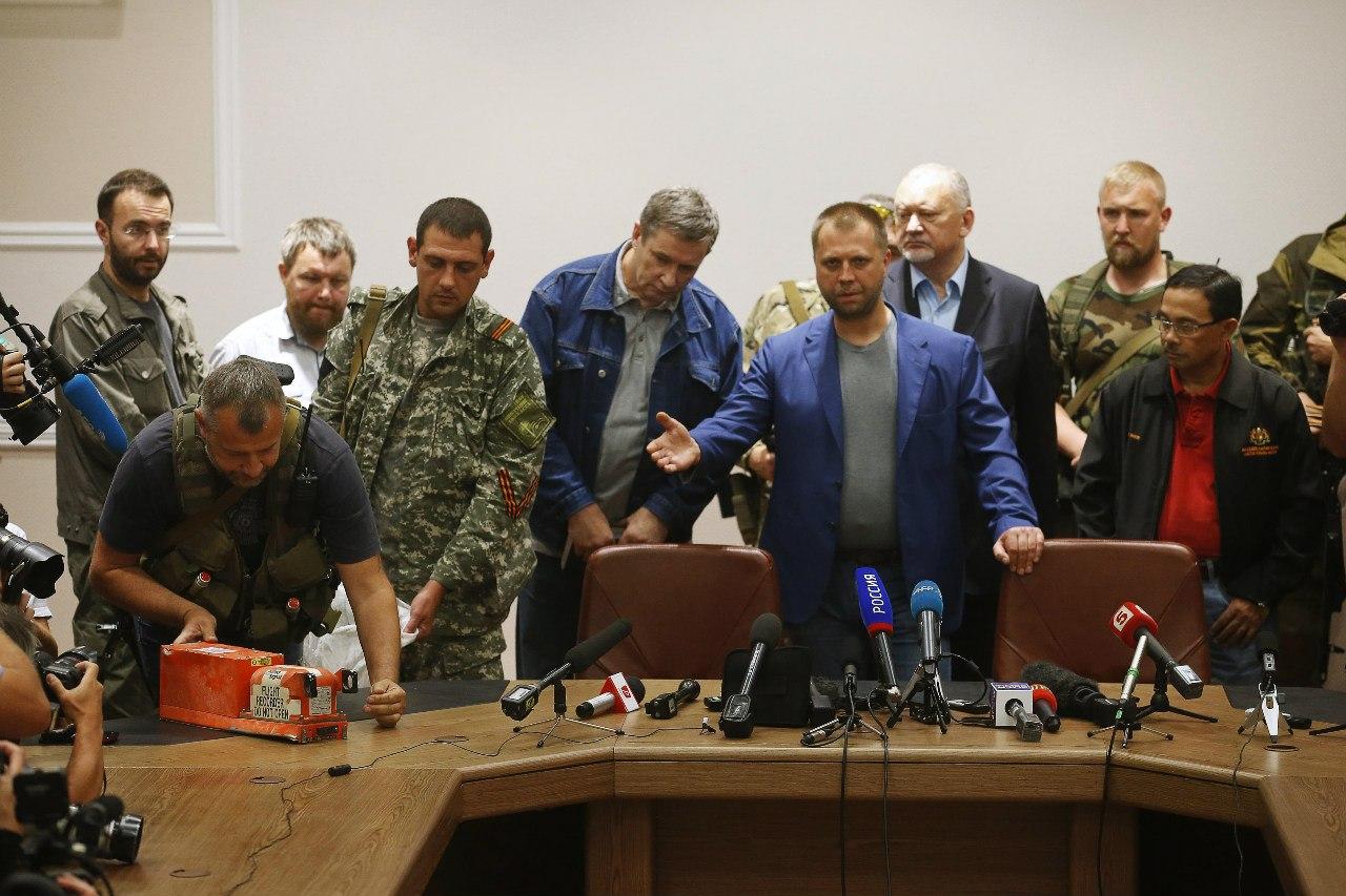 Александр Бородай передает черные ящики с упавшего Боинга международным экспертам