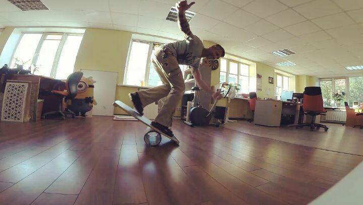 """Demyan Piptev on Instagram: """"Тренируюсь менять ноги. Сначала вместо штатного ролика беру рулон стретч-пленки. Он меньше диаметром, поэтому прыгат..."""