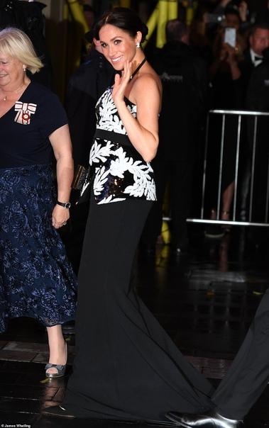 Новый светский выход: Меган Маркл и принц Гарри посетили театр в Лондоне Вчера пара пришла на концерт Royal Variety Performance в театре Палладиум в Лондоне, восхитив взоры журналистов и