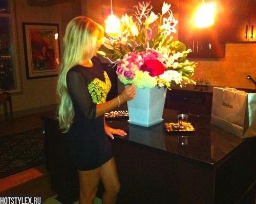 Фото девушек блондинок с боку с цветами