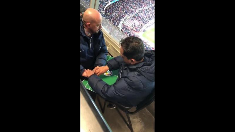 Слепому и глухонемому болельщику помогают следить за матчем любимой команды