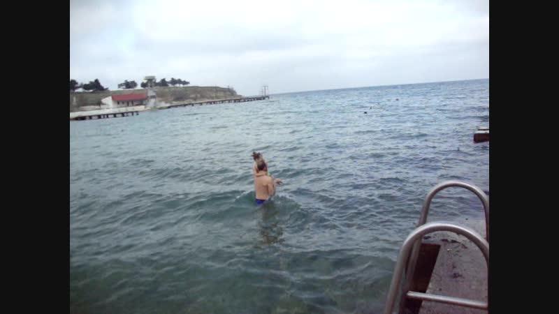 Настюшка первый раз купается на Крещение 19.01.2019г.(сама захотела)