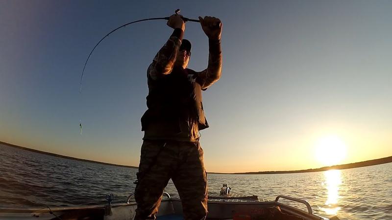 Яузское водохранилище. Почему только КРАСНЫЙ? 🤔 Рыбалка с лодки спиннингом.