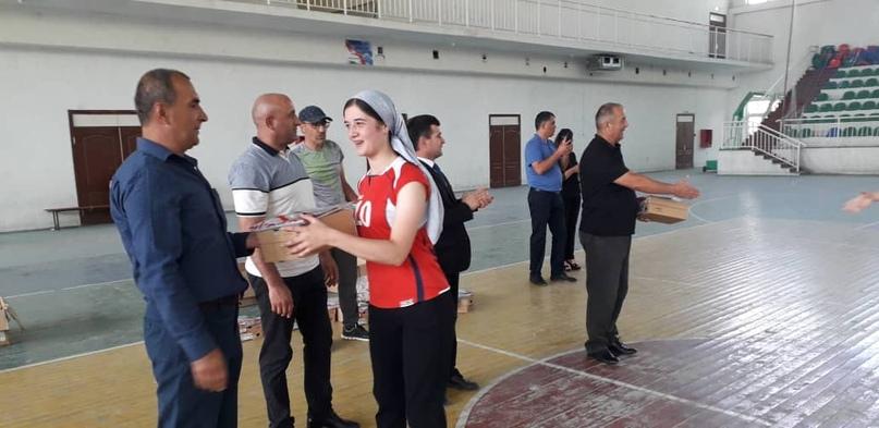 Рустам Эмомали подарил спортсменам Хорога экипировку