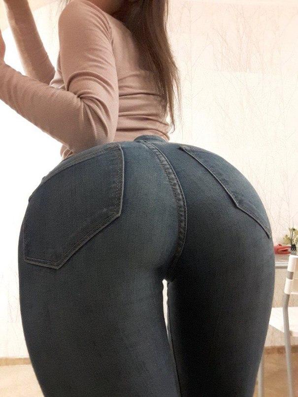 Красивая попка тренерши в джинсах, фото ебли зрелой крупно