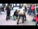Публика смотрит, как именно уличный барабанщик ирает на бутылках, виртуоз-Челябинск-мастер