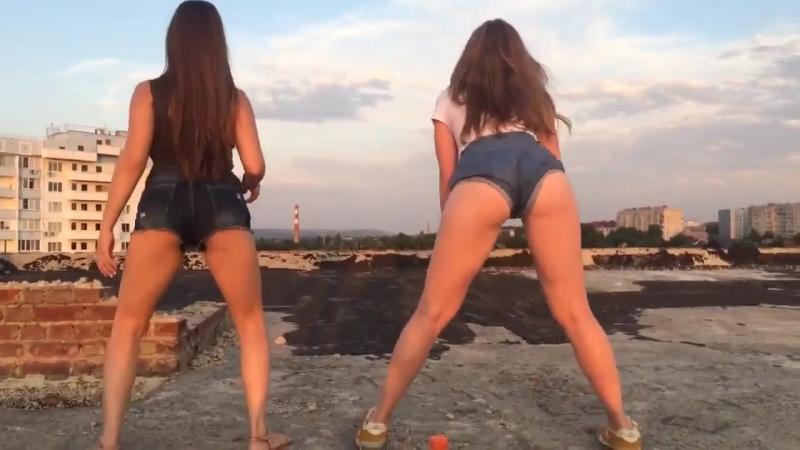 Молодые школьницы танцуют в коротких шортах тверк на крыше в Москве