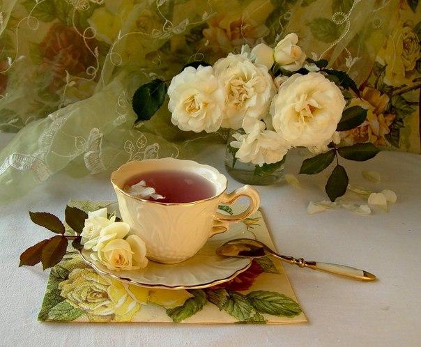 🌺 🌺 🌺 Почему так сладко пахнут розы, Принося сумятицу в сердца? Аромат цветов рождает грезы, Душу будоражит без конца. Сколько шарма, прелести, изыска, Сколько силы в царственном цветке! Лишь шипы – защита зоны риска – Оставляют след свой на руке. Розовый букет прекрасный свежий Восхищает и волнует кровь. Только аромат цветочный, нежный Лишь в саду готов дарить любовь. Т.Лаврова «О розах» 🌺 🌺 🌺