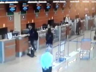 Голый мужик в аэропрту шереметьево, A naked man in Moscow airport