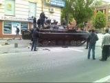 Сепаратисти Ватніки грабуючи зломану БМП, трохи не вбили дідуся  Сепаратисты Ватники грабя сломанную