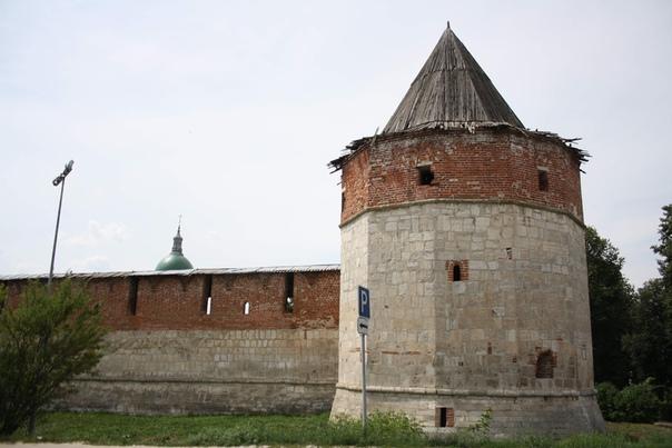 Стены кремля интересны тем, что подновление красным кирпичом было только в некоторых местах. А на деле он из камня. Это Казенная или Зелейная башня.