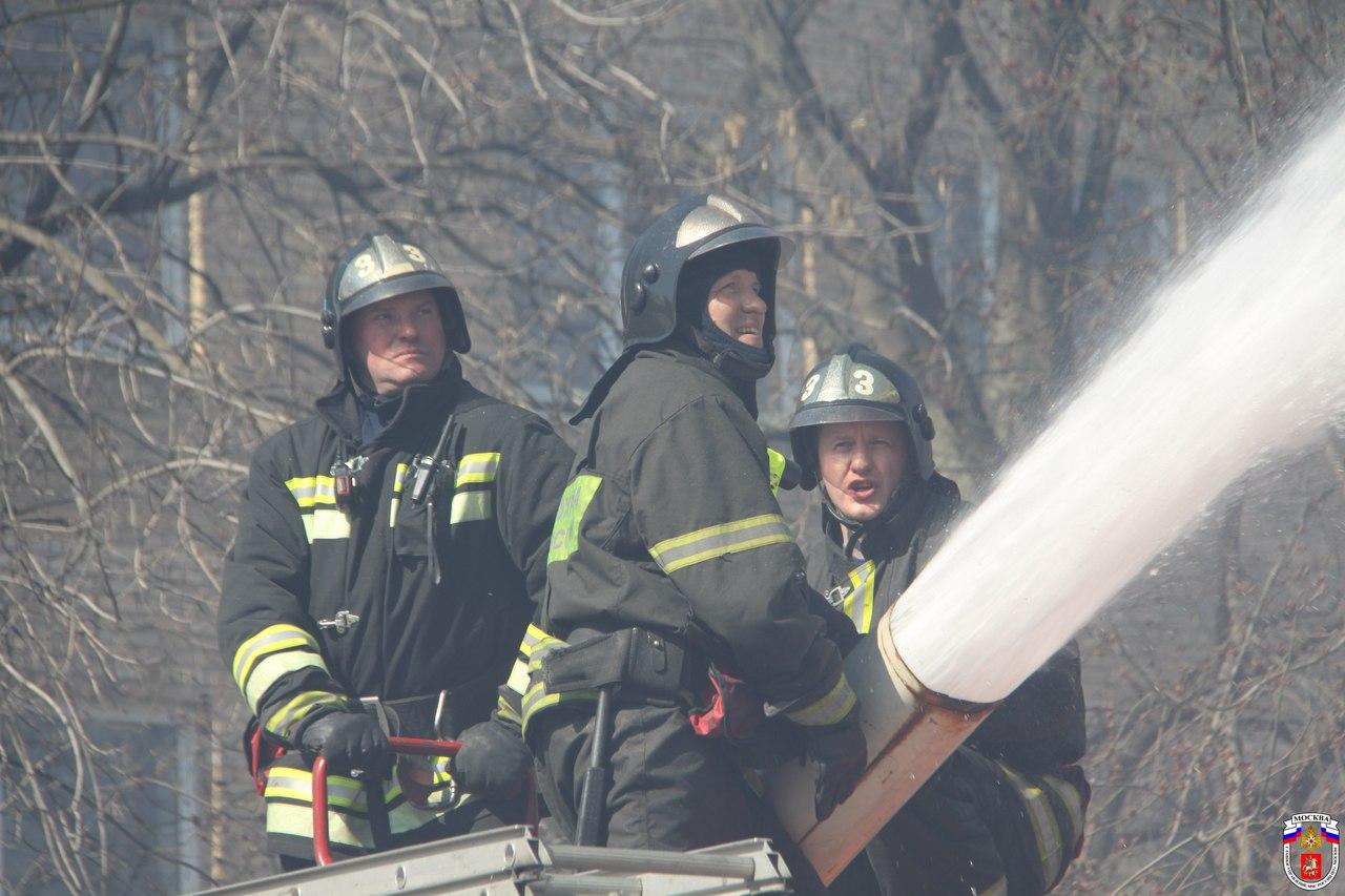 Московские пожарные не допустили распространение огня в центре столицы