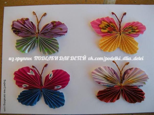 Как сделать бабочку из бумаги 1. Вырежьте из бумаги два круга разного размера: один побольше - для передних крыльев, другой поменьше - для задних крыльев. Сложите каждый круг гармошкой2. После