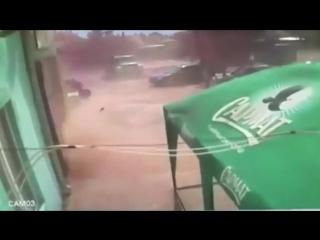 На Украине смерч поднял подростка в воздух