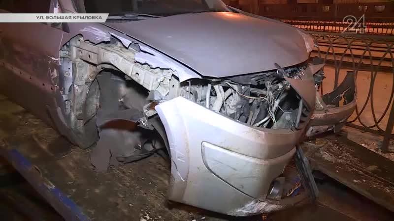 В Казани на ул. Большая Крыловка столкнулись Renault и «ВАЗ»