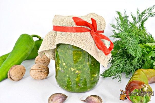Зеленая аджика Очень вкусная аджика, которую можно подать к мясу, супам или просто намазать на ломоть хлеба.