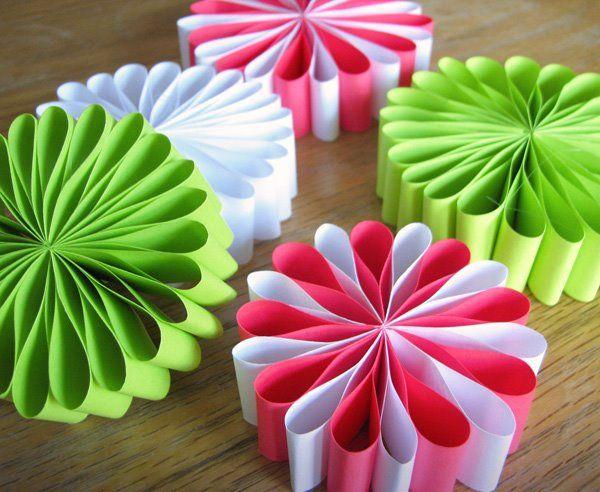 Новогодние игрушки цветной бумаги своими руками фото