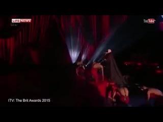 Мадонна упала со сцены во время выступления