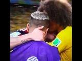 David Luiz y Dani Alves consolando a James Rodriguez entre lagrimas