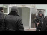 Охрана Яковлевского рудника распыляет газ при попытке законного руководства зайти с судебными приставами