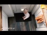 Малыш избавляется от своих игрушек