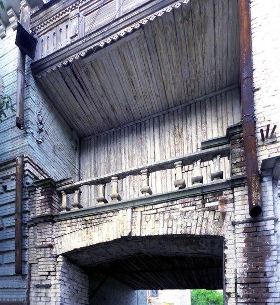 Заметьте, что колонны декоративные, полу разрушенная левая вовсе не держит облицовачный кирпич балкончика, который сам полностью состоит из дерева. Посмотрите на листы поддержки, как у бочки, у балкона.