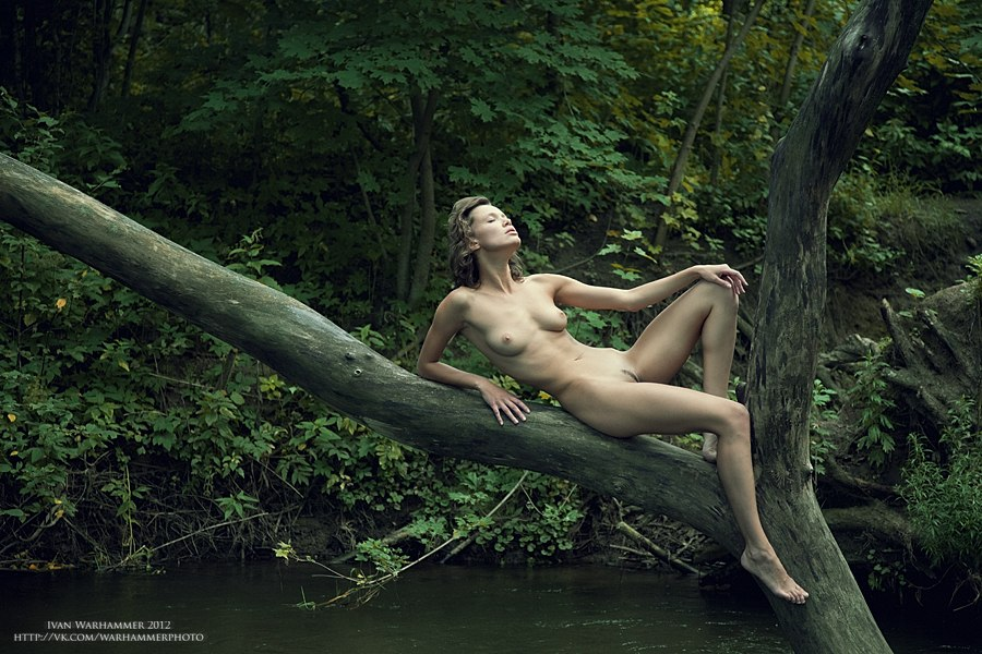Фотосессия на природе летом может быть так же и ню. Если вы не стесняетесь