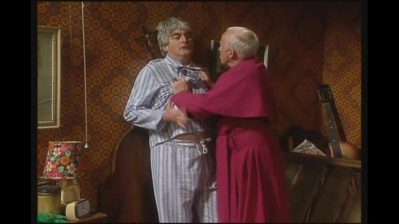 Комедийный триллер. Как Тед, пнул епископа под зад.(Отрывок из сериала Отец Тед).