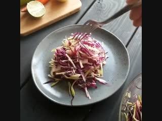 Капустный салат с грушей и соком лайма