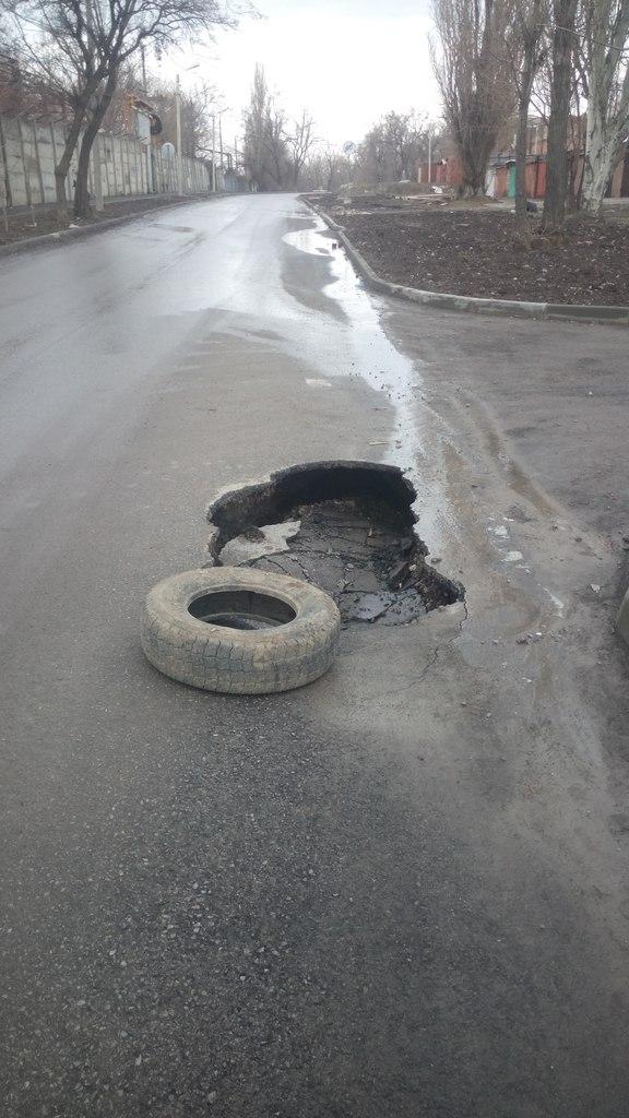 В Таганроге на новой дороге за 19 млн рублей на улице Спортивной начали появляться глубокие ямы